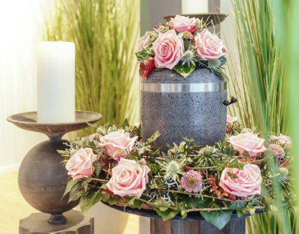 Blumenschmuck für Ihre Trauerfeier oderr Grabstätte organisert Bestattungen Lohmann