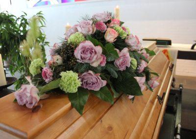Sargschmuck Rosen flieder