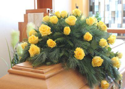 Sargschmuck Rosen gelb