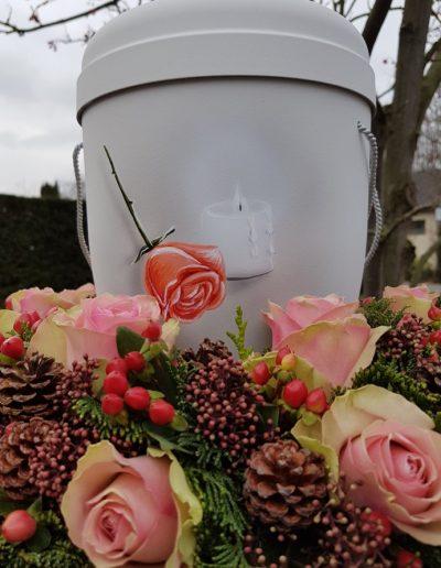 Urnenschmuck mit rose Rosen und Zapfen