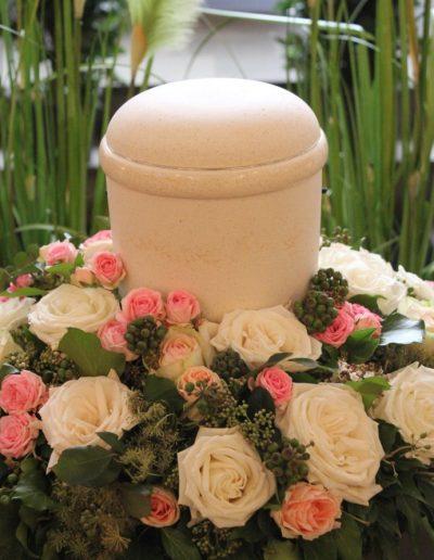Urnenschmuck in weiß rose