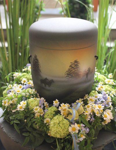 Urnenschmuck in weiß Kamille